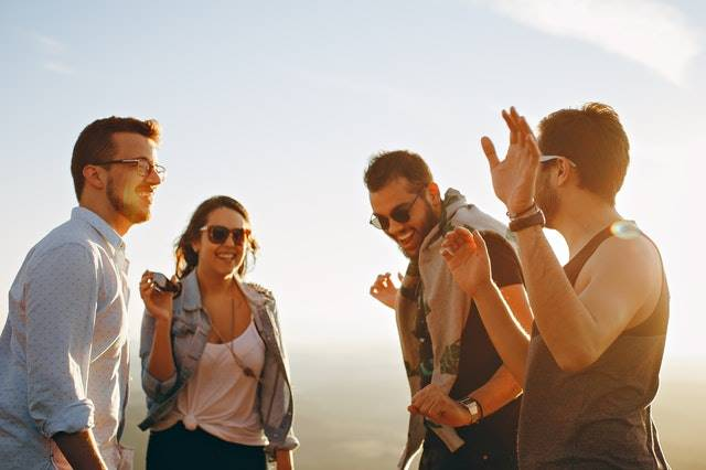 tips for making friends while traveling